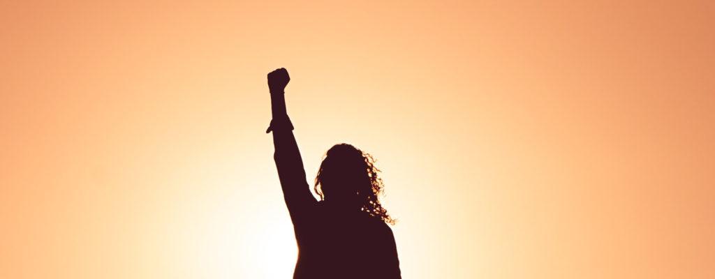 femme qui lève le bras avec confiance en soi